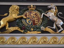 Dieu et mon droit, une devise en français sur les armoiries de la monarchie britannique