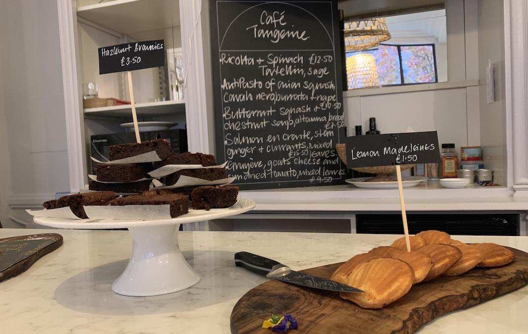 Au café tangerine, dans l'Institut Français, des pâtisseries faites maison sont proposées.